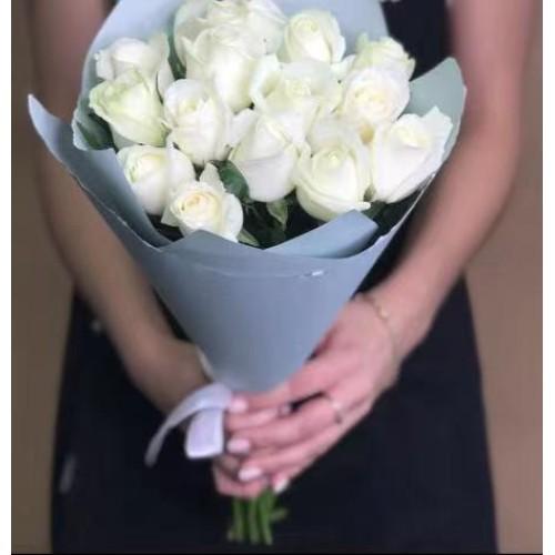 Купить на заказ 15 белых роз с доставкой в Байконуре